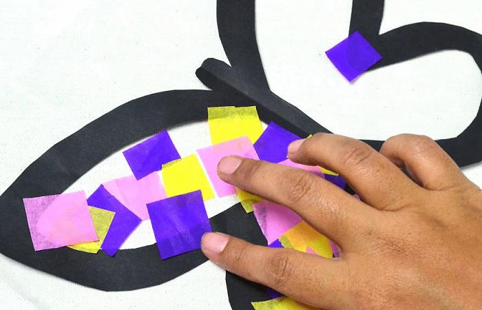 Pegar papel de colores en la mariposa