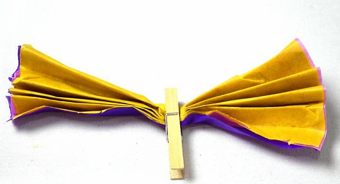 Mariposas de papel colando la pinza